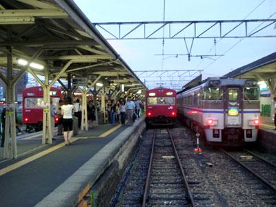 070712_JR姫路駅播但線ホーム。特急はまかぜ(右)と普通列車。