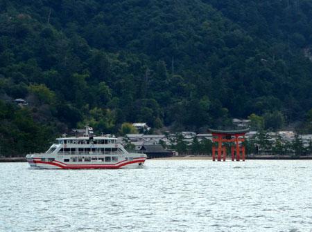 110110_連絡船から見た宮島