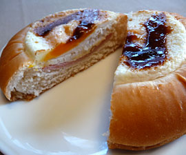 120125_ヤマザキパン「目玉焼き風&ソーセージパン」
